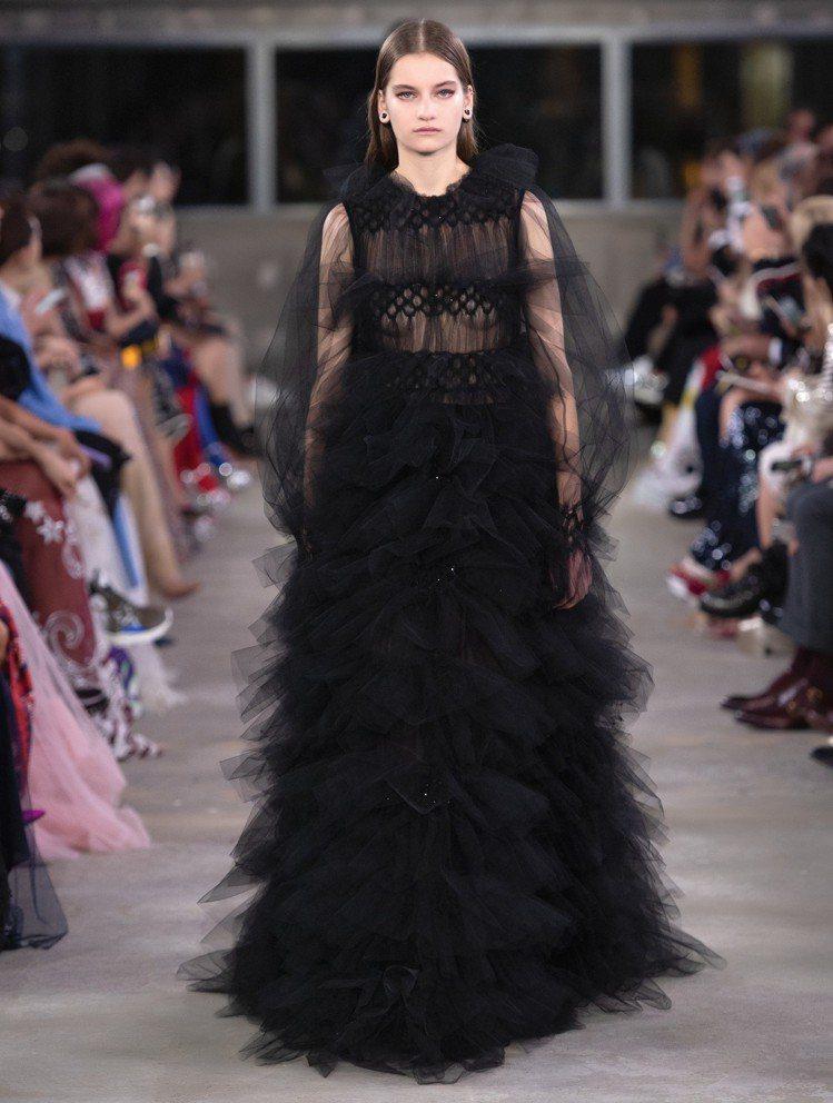 Valentino早秋系列黑色薄紗禮服。圖/Valentino提供