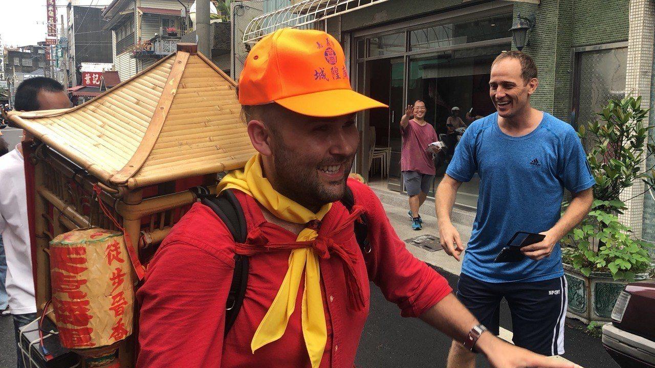 29歲的瑞德是虔誠的媽祖信徒,今天幫忙背神像,美國友人見狀都出衝民宅與他打招呼。...