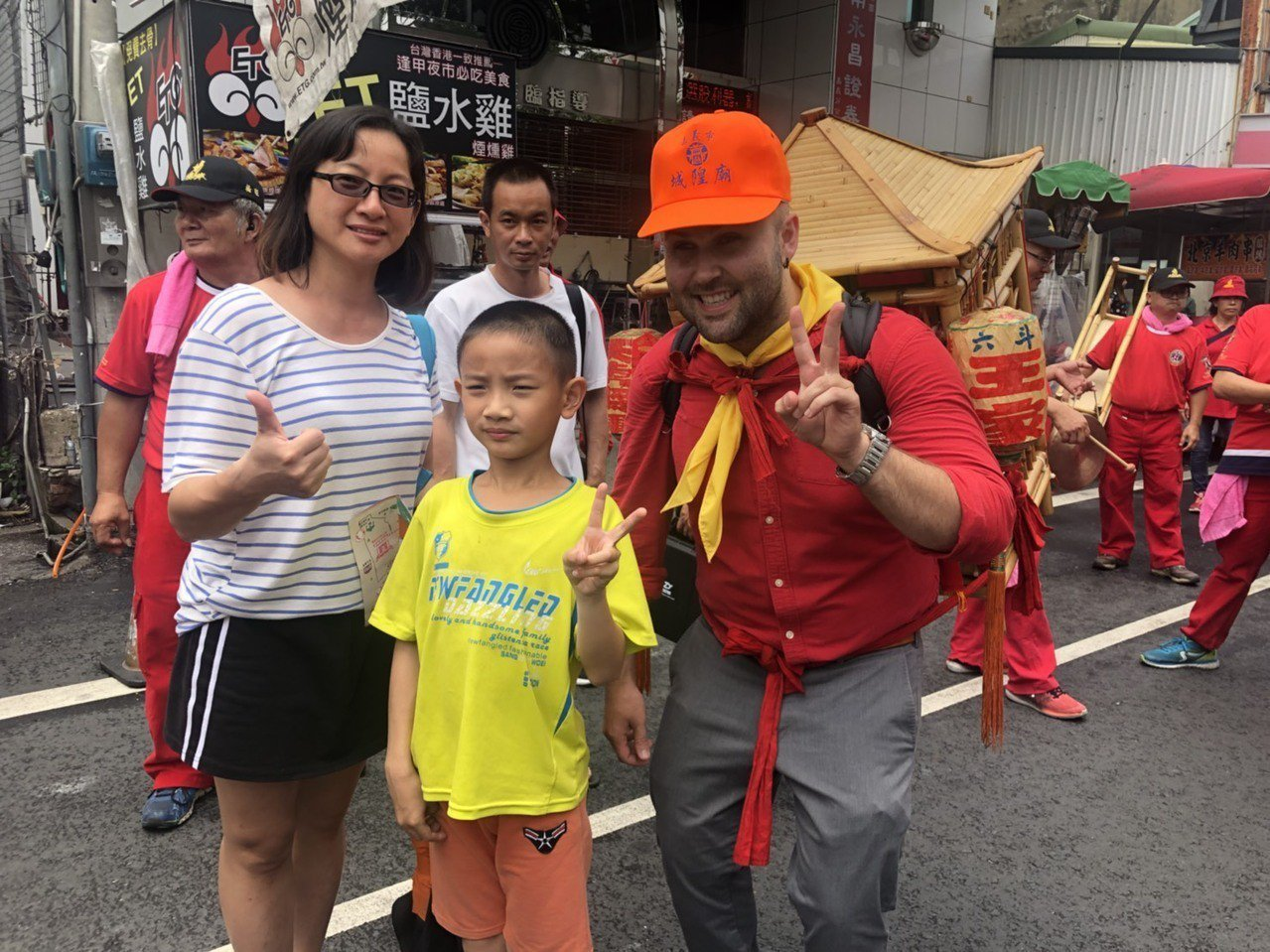 29歲的瑞德是虔誠的媽祖信徒,今天幫忙背神像,讓台灣人都爭相與他拍照。記者李承穎...