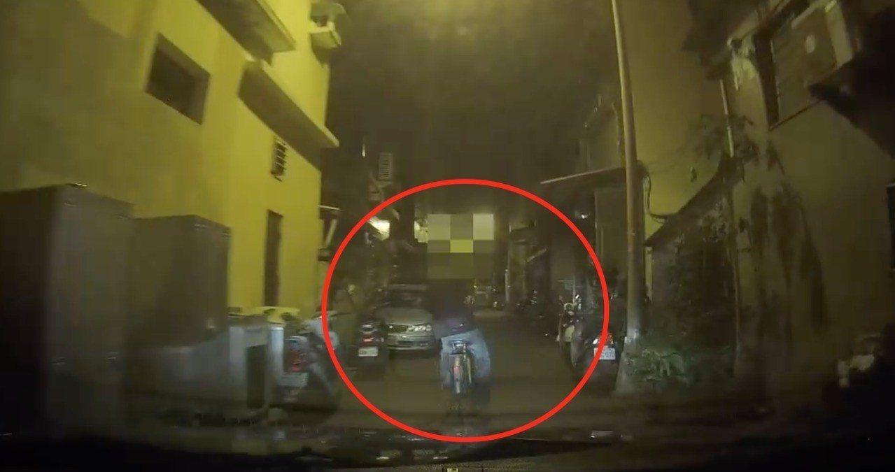 林姓男子拒絕攔檢騎腳車踏落跑,竟還回頭開槍。記者林伯驊/翻攝