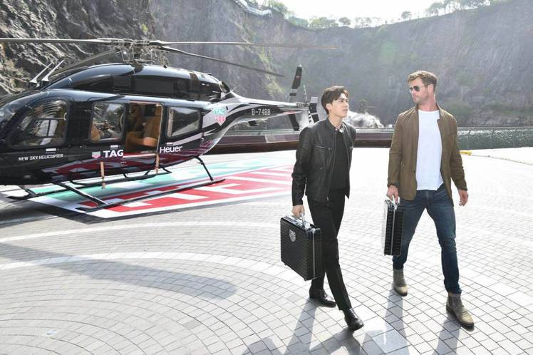 男星李易峰(左)跟克里斯漢斯沃一同為泰格豪雅新表,以空降方式親臨活動現場。圖/讀...