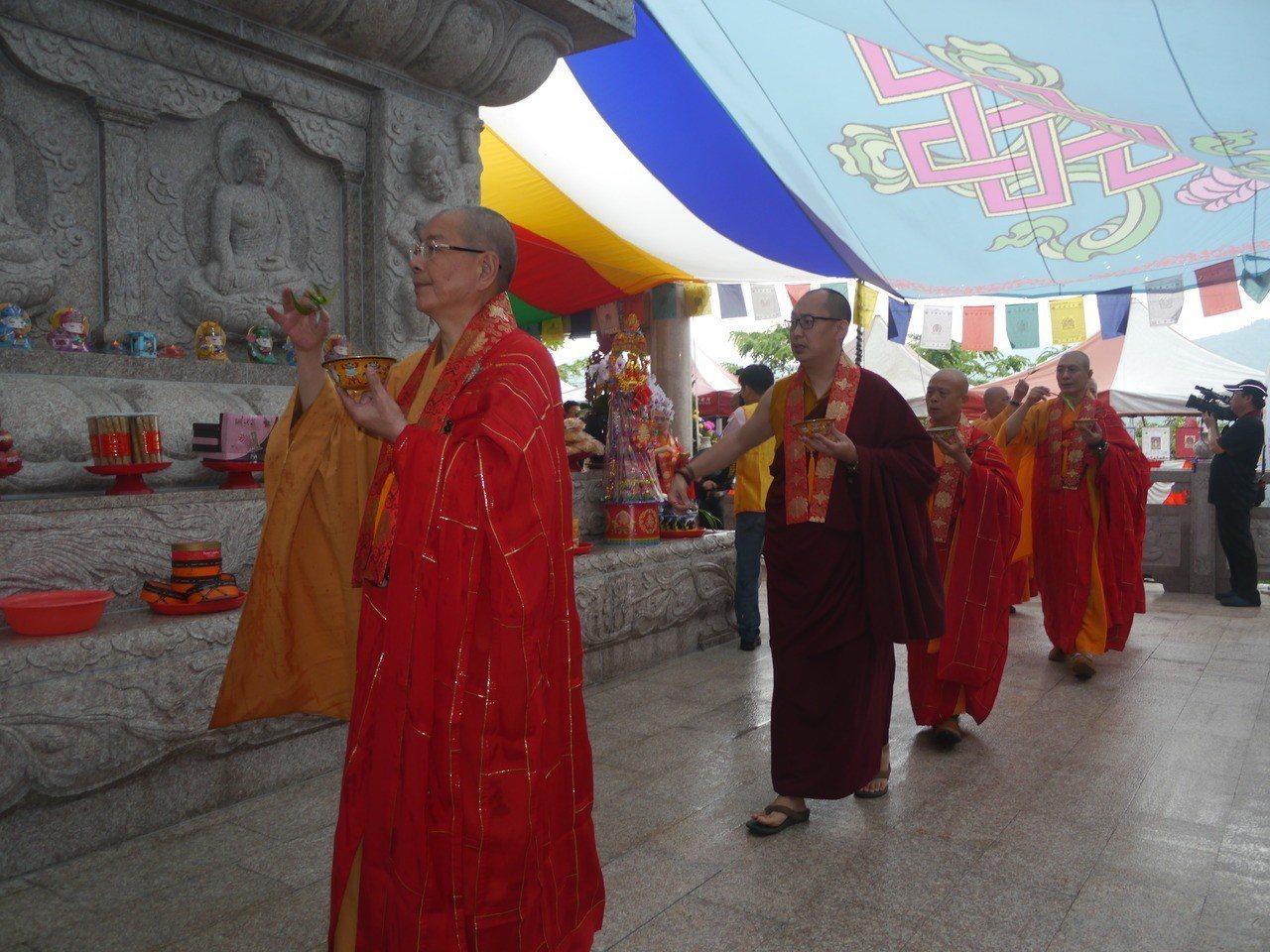 祈福人員繞行舍利塔,傳達環保愛地球理念。記者徐白櫻/攝影
