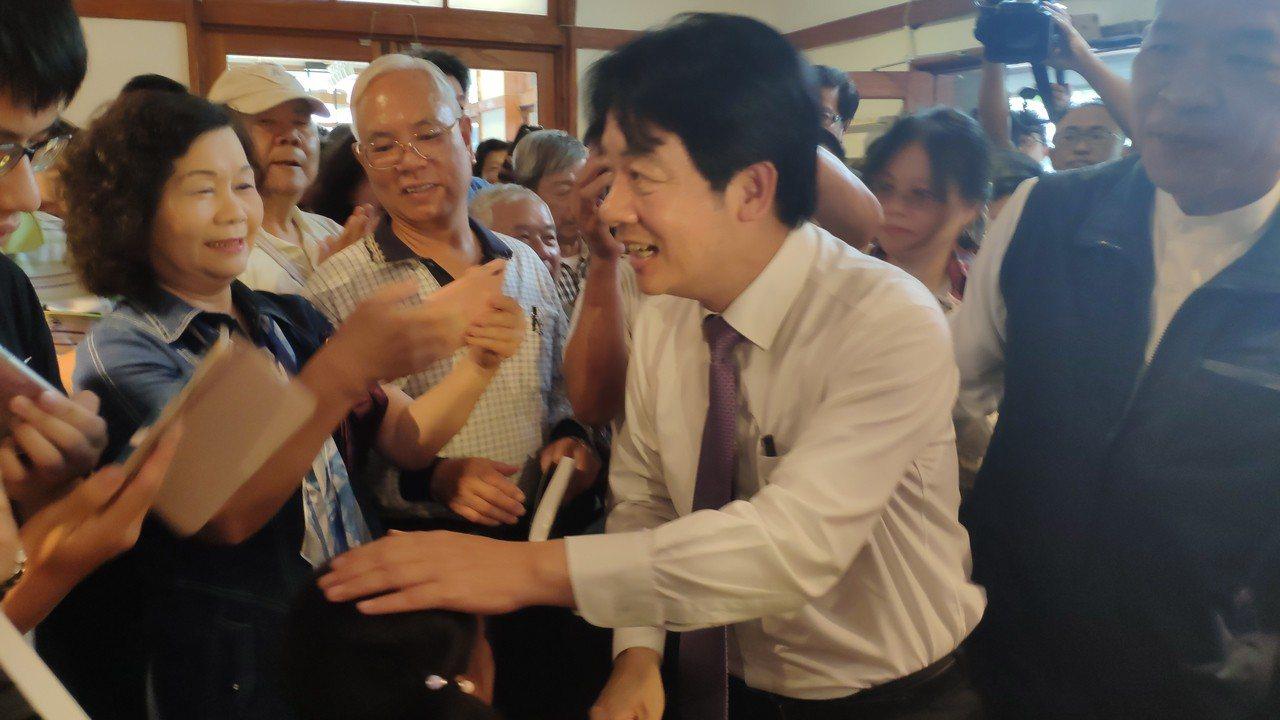 前行政院長賴清德(右二)今天下午到虎尾誠品書店為粉絲簽書。記者李京昇/攝影