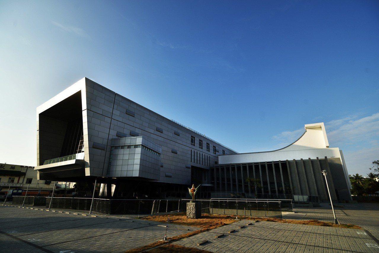 台南安平工業區裡的虹韻文創中心,建築悠美成為新景點。圖/虹韻提供