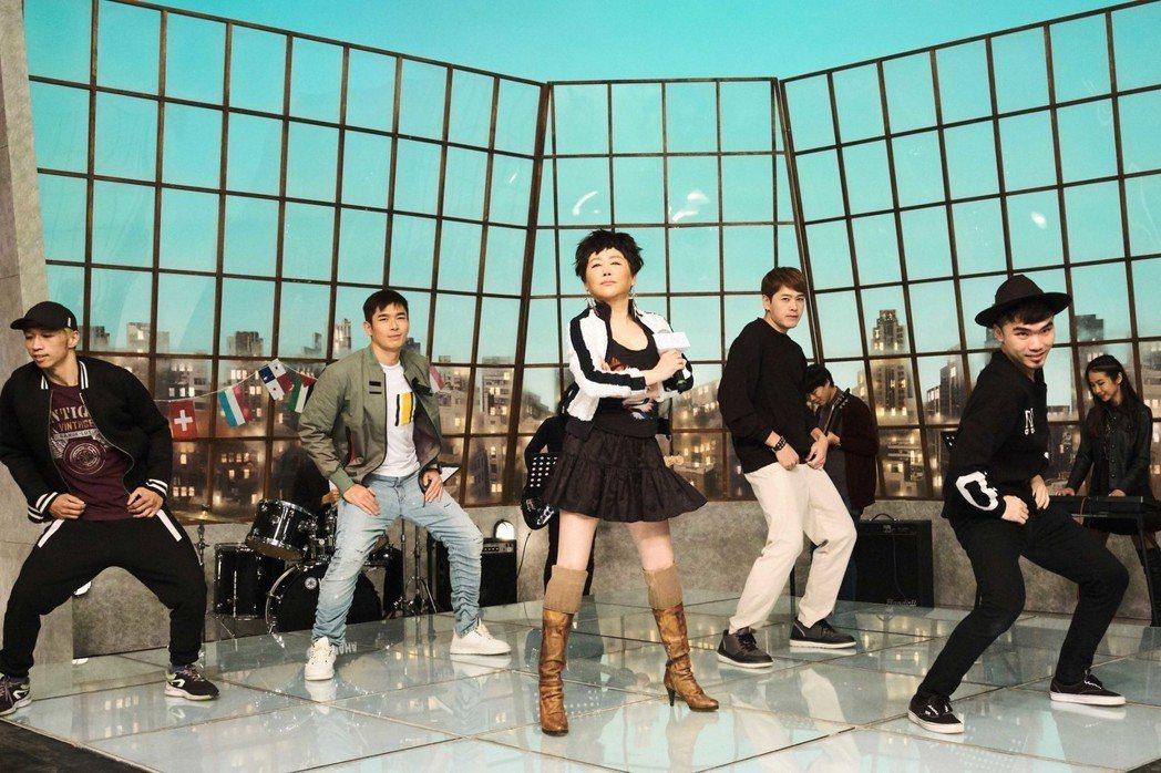 藍心湄(中)現場唱跳,黃俊雄(左二)、陳羅密歐(右二)伴舞。圖/拙八郎提供