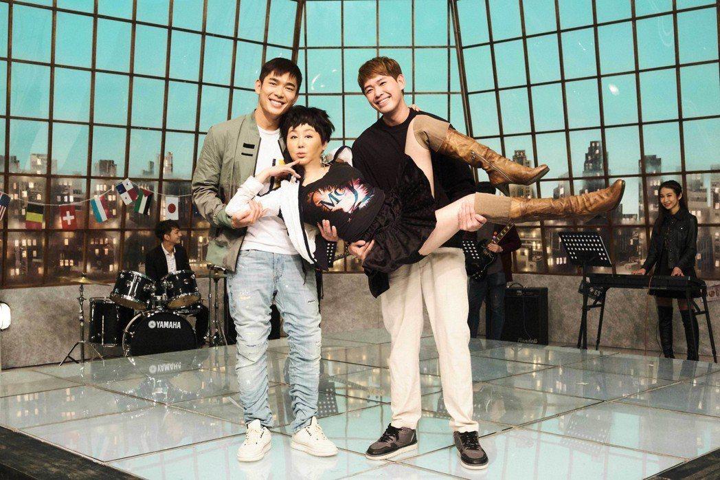 藍心湄(中)與新加坡演員黃俊雄(左)、陳羅密歐(右)合作。圖/拙八郎提供