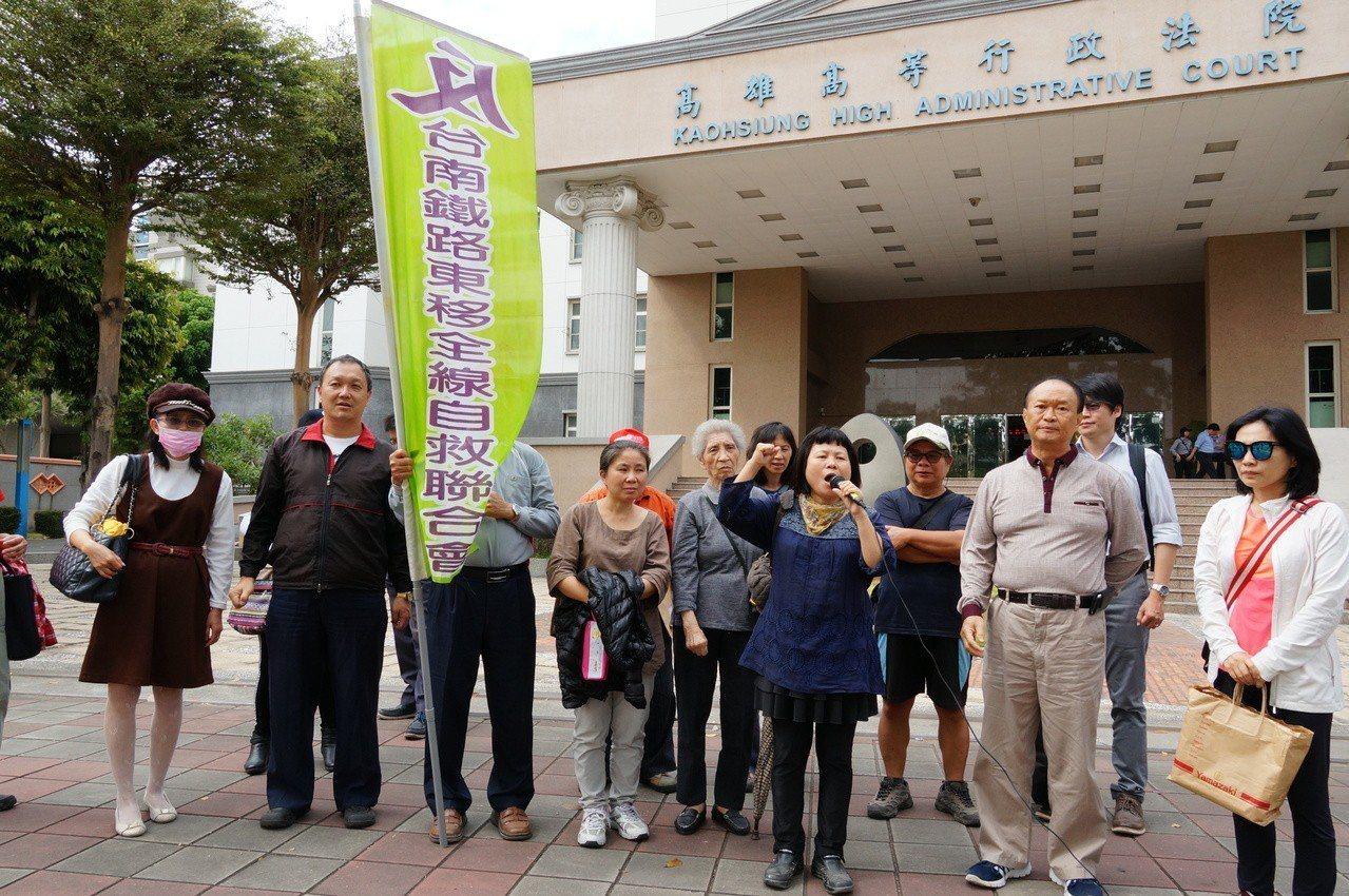 反南鐵東移自救會成員今年3月在高雄高等行政法院開庭前,批評政府要求限期搬遷。本報...