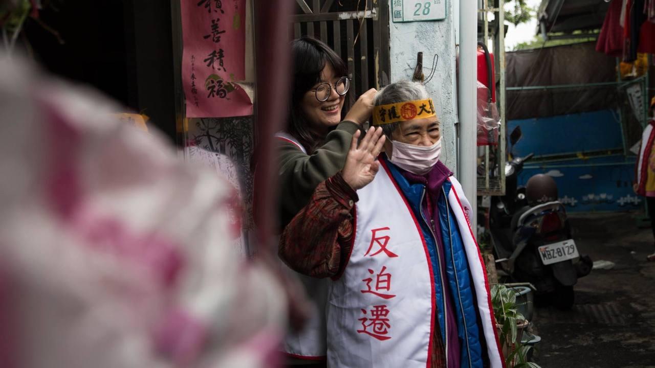 與居民朝夕相處,唐佐欣成大觀居民的女兒,偶爾也扮演他們的保母(圖/唐佐欣提供)