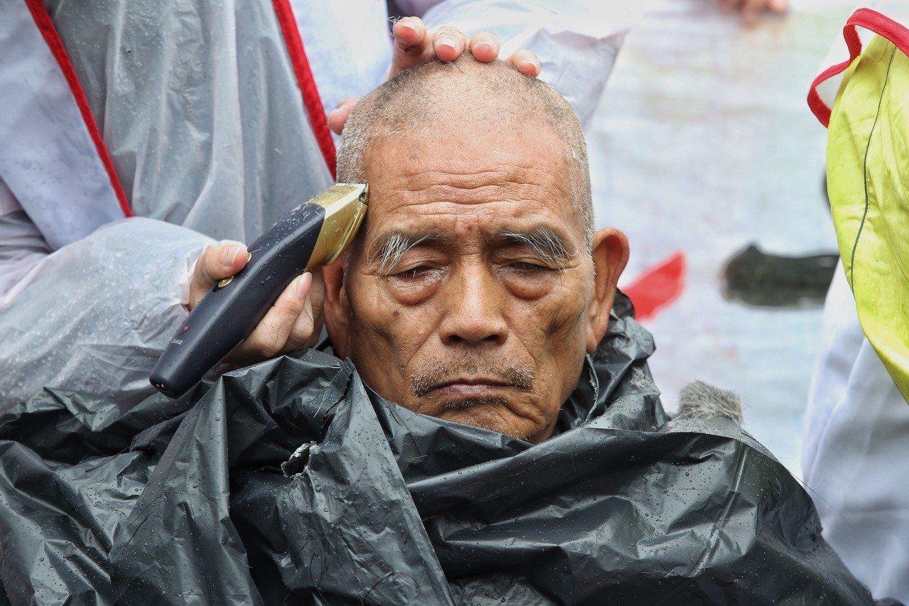 大觀社區居民為阻擋強制拆除,去年曾到行政院落髮抗爭。本報資料照片