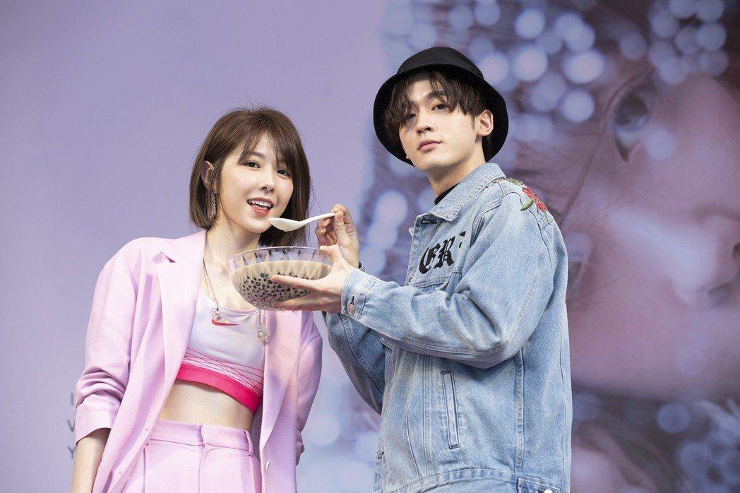 邵雨薇(左)推出個人專輯,小樂餵食珍奶替她打氣。圖/寬宏提供