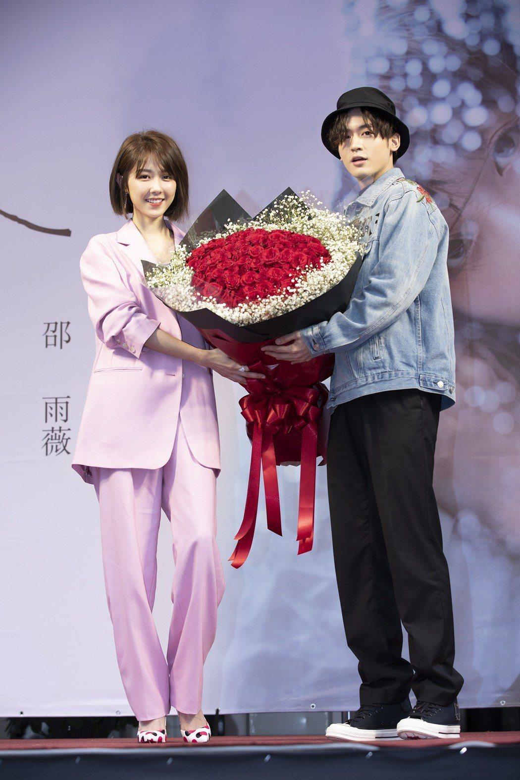 小樂(右)送上玫瑰花束祝福邵雨薇。圖/寬宏提供