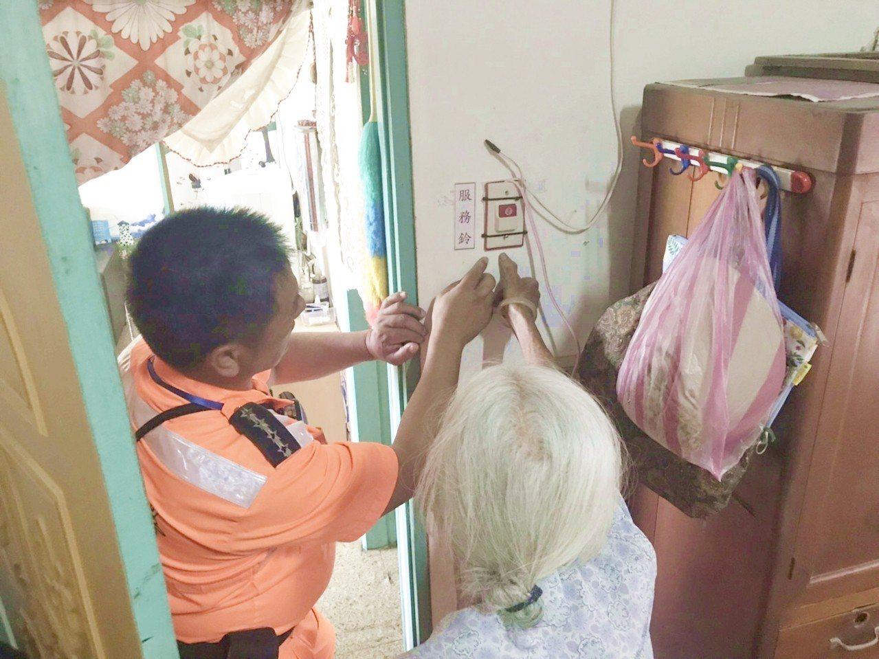 香蘭安檢所除為住在安檢所隔壁的92歲獨居陳姓阿嬤提供三餐,還在她家中加裝緊急服務...