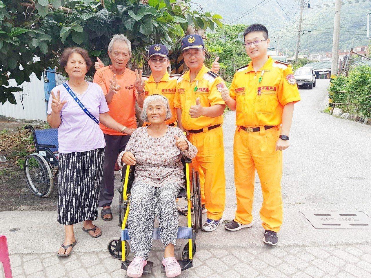 香蘭安檢所為住在安檢所附近74歲羅姓阿嬤募得一台全新輪椅,讓阿嬤可以外出與街坊鄰...