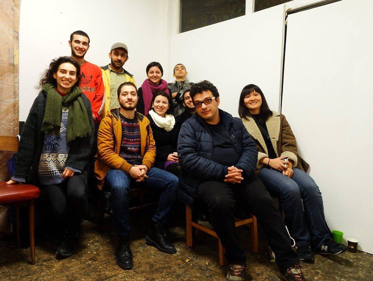 林子渝(前右1)拜訪土耳其Selin和年輕藝術家共同經營的Sanat_Enstı...