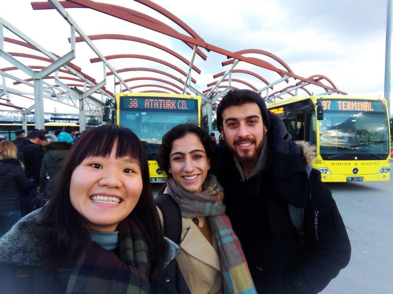 北藝大美術系學生林子渝(左),寒假期間赴土耳其體驗當地的藝術、文化。圖/教育部提...