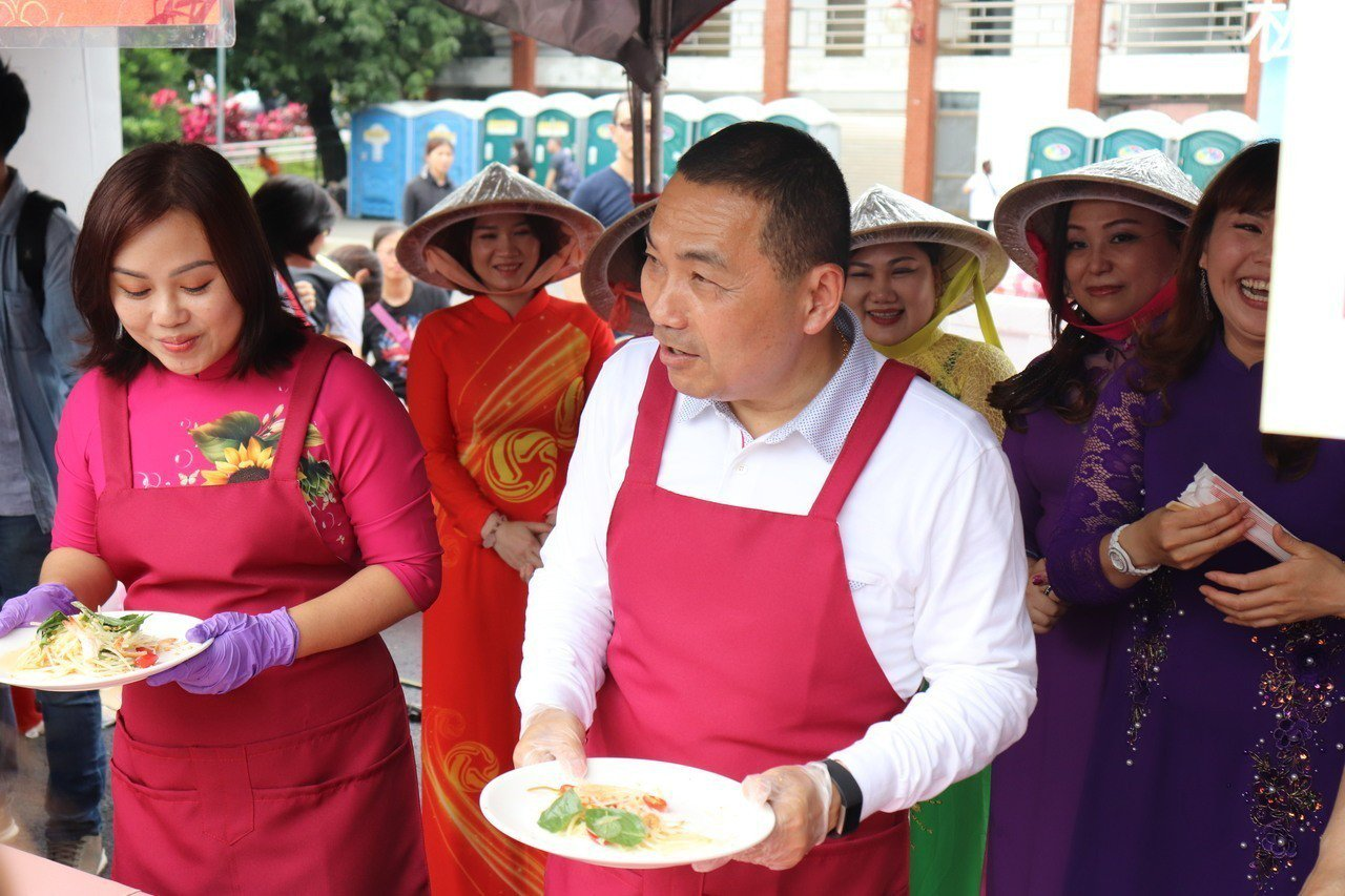 新北市長侯友宜(右)參與新住民親子日活動。記者胡瑞玲/攝影