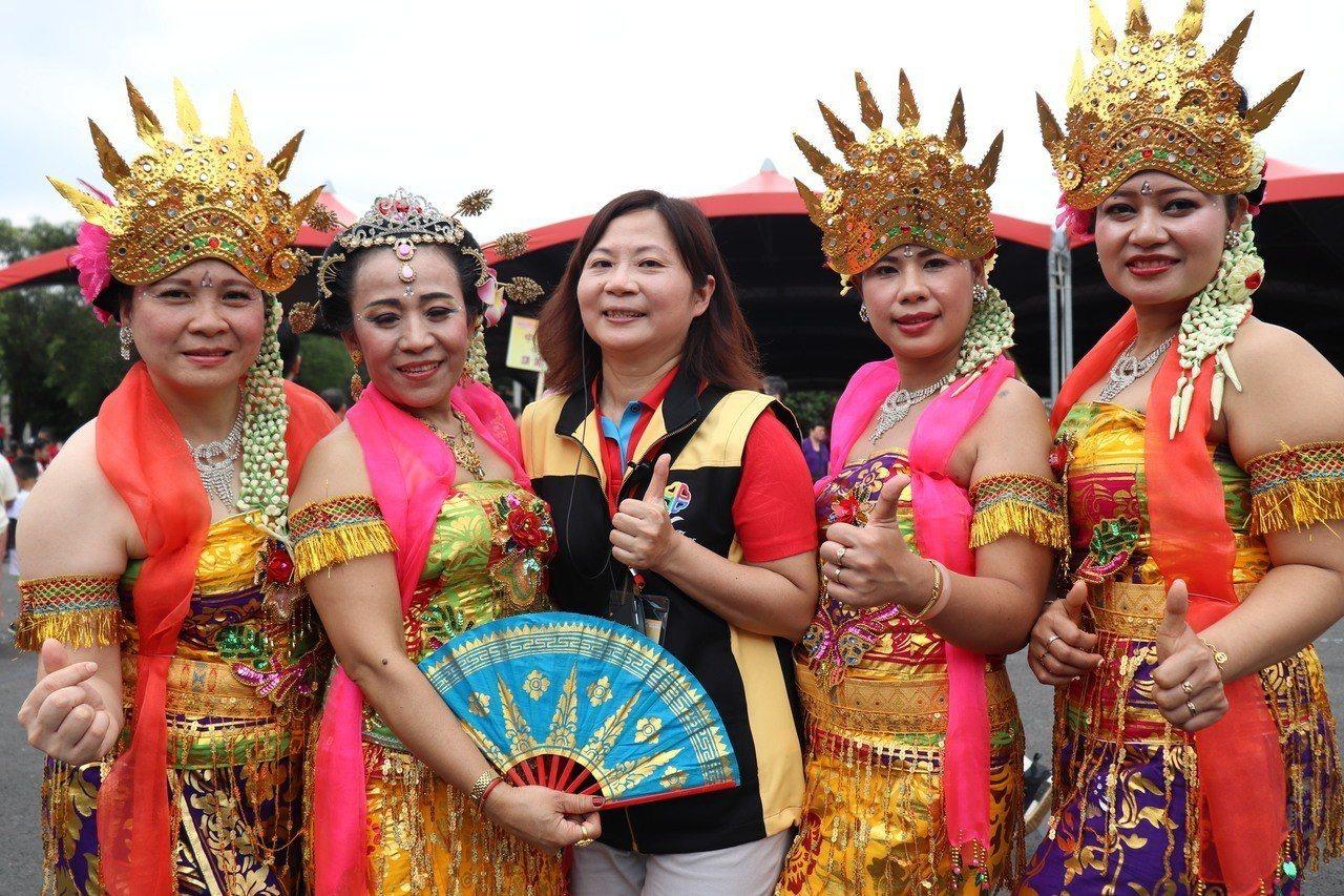 來自印尼、現居新北蘆洲的新住民朋友,穿上家鄉傳統華服參加新住民親子日。記者胡瑞玲...