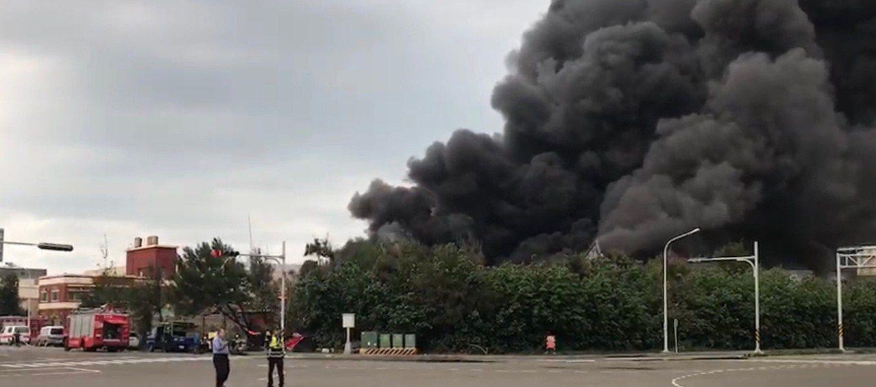 彰化縣線西鄉線工路一處資源回收工廠今天下午約4點發生火警,濃濃黑煙竄燒,數公里外...