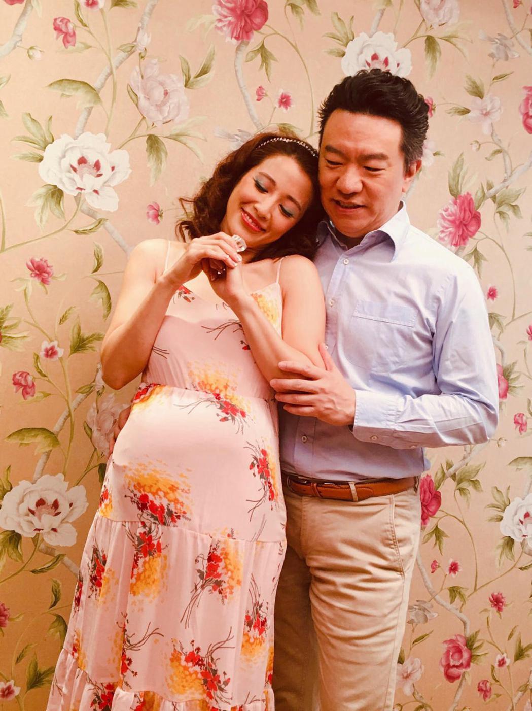 李蒨蓉(左)和老公李立德為教會拍引言影片。圖/艾迪昇傳播提供