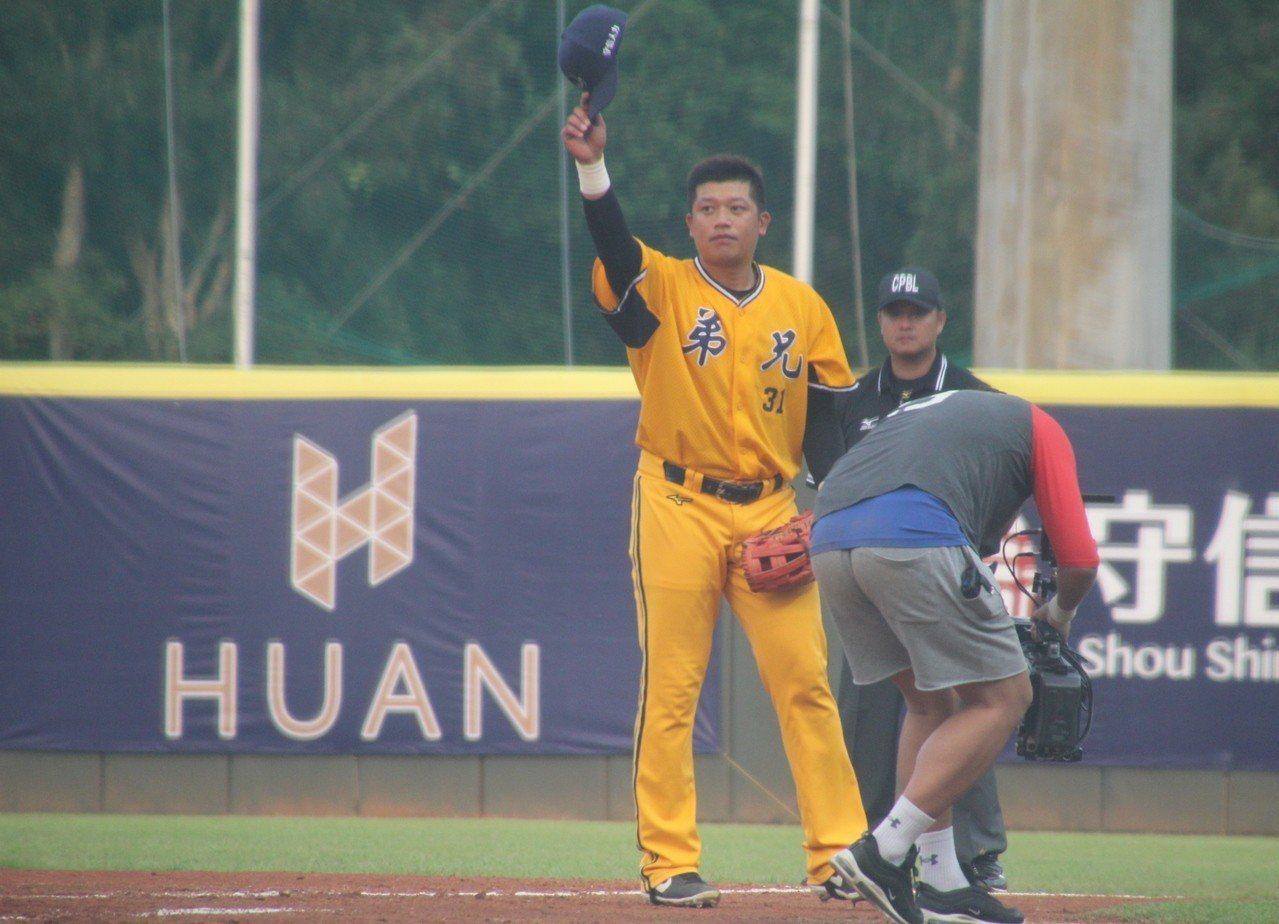陳江和在8局上退場,結束13年球員生涯。記者葉姵妤/攝影