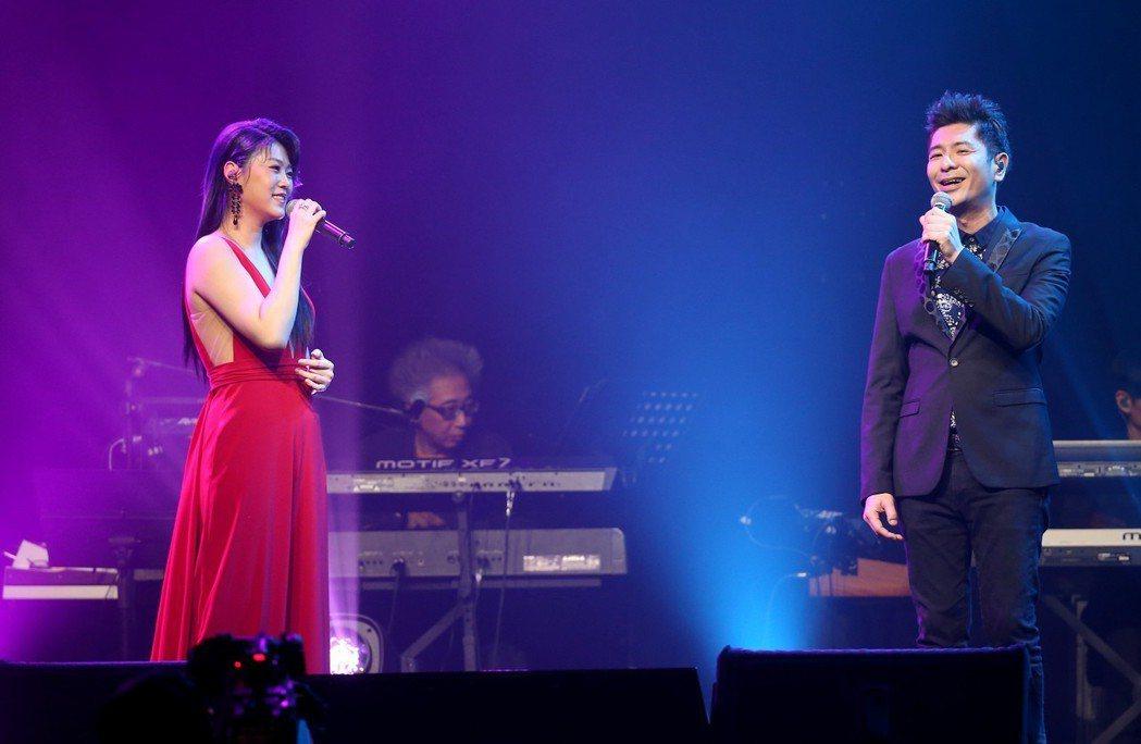曹雅雯(左)在信義劇場Legacy Max舉辦演唱會,荒山亮(右)擔任表演嘉賓。...