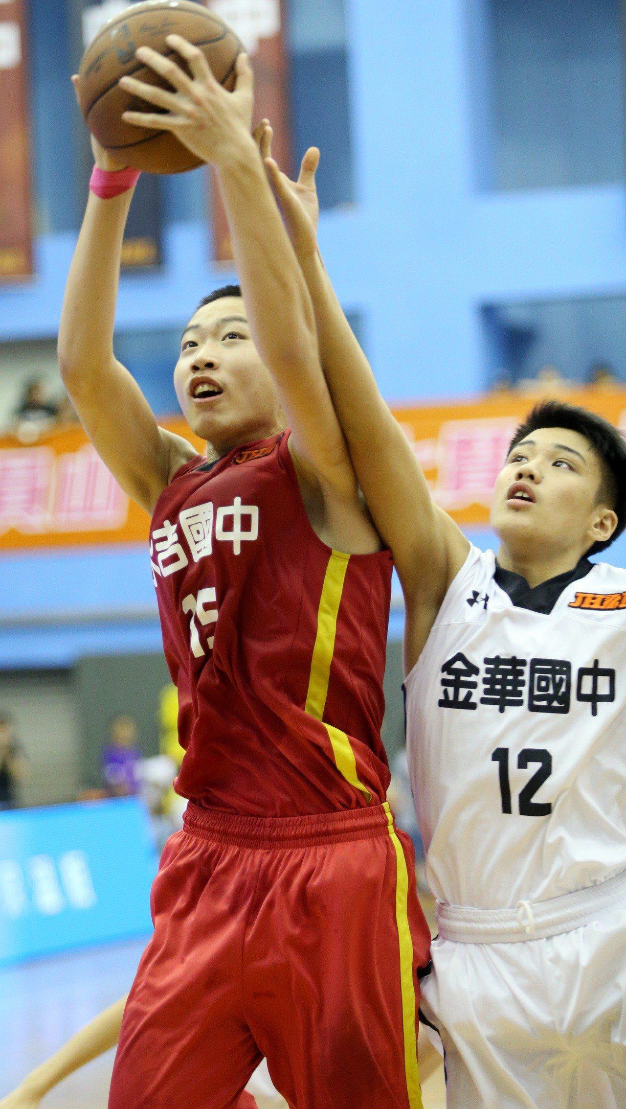 永吉中鋒陳佳煒(左)19分、17籃板。記者侯永全/攝影