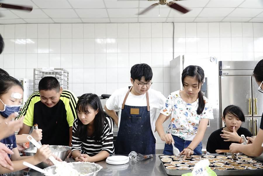 甜點工作室負責人李奇芳(中)於偏鄉教導學童甜點製作。圖/教育部提供