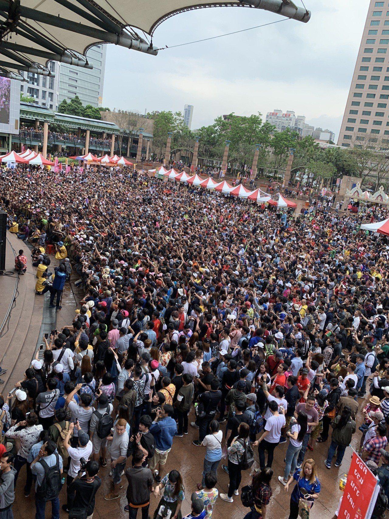 泰國搖滾天團Pee Saderd地位如同台灣五月天,受邀在新北市府市民廣場演出,...