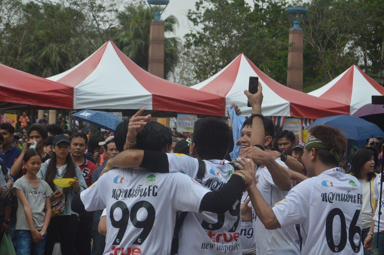 新北泰國藤球友誼賽由甜冰隊拿下冠軍,隊員們興奮相擁。記者施鴻基/攝影