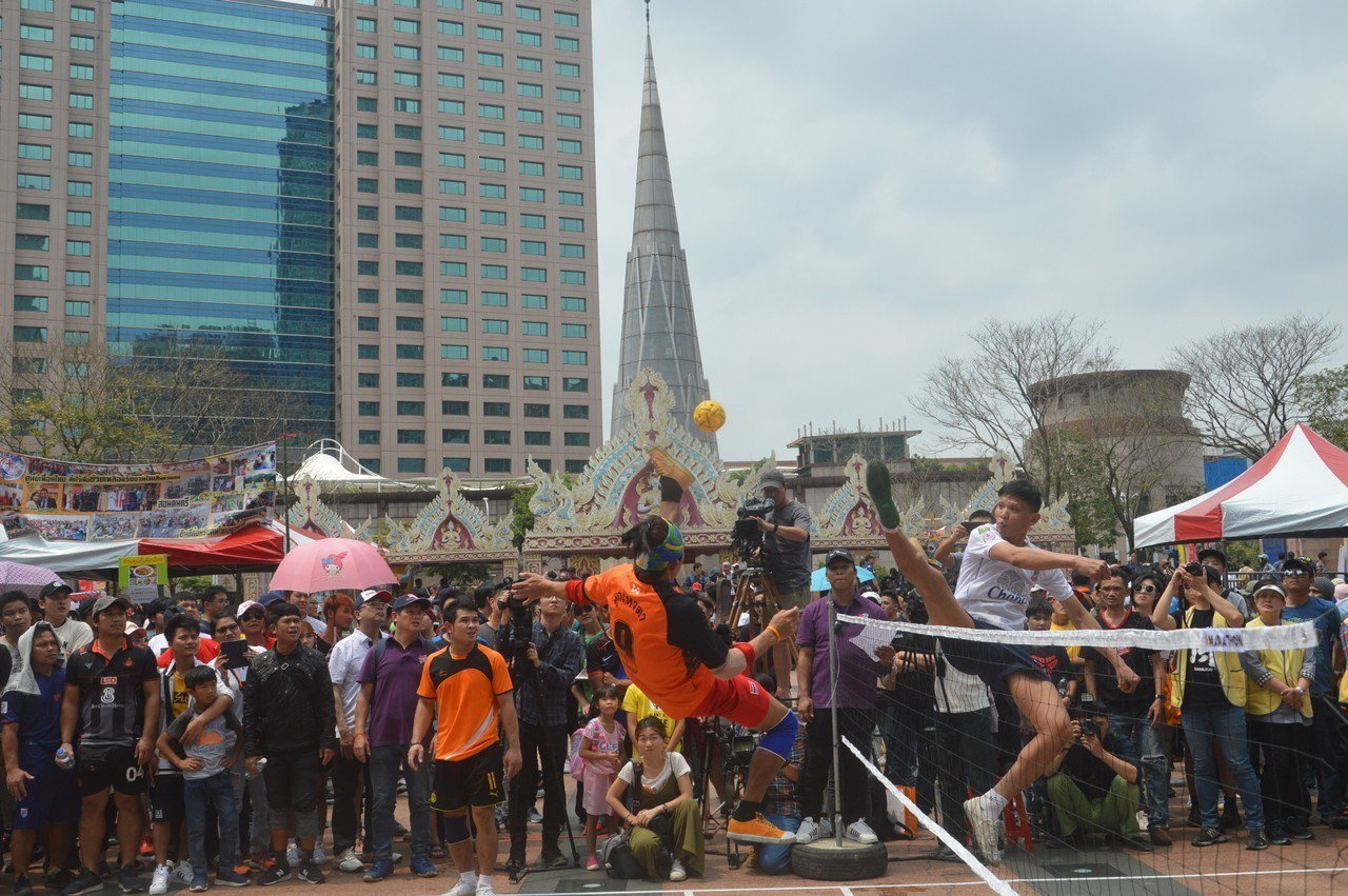 新北泰國藤球友誼賽總冠軍賽,白衣的甜冰隊和橘衣的神之子隊在網前爭球,競爭激烈。記...