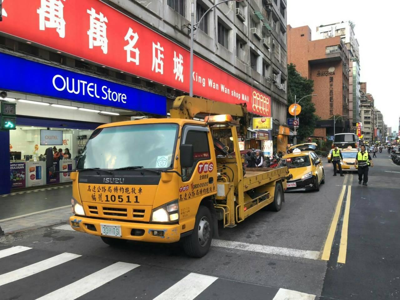 中山北路三段及農安街口出現窟窿,計程車輪開下陷。記者蕭雅娟/翻攝