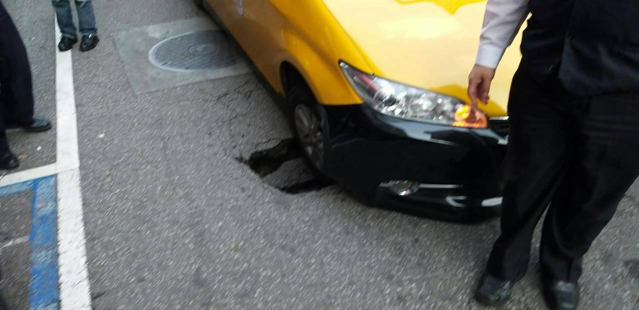 中山北路三段及農安街口出現窟窿,計程車開到一半,車輛竟下陷。記者蕭雅娟/翻攝