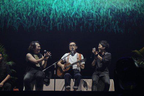 睽違6年之後,縱橫樂壇30多年的羅大佑重返馬來西亞舉辦「當年離家的年輕人──青春無悔追夢版」演唱會,用21首經典歌曲與歌迷分享幾十年來的歷練與人生哲學。巡迴演唱會2017年10月起在台北起跑,隨後在...