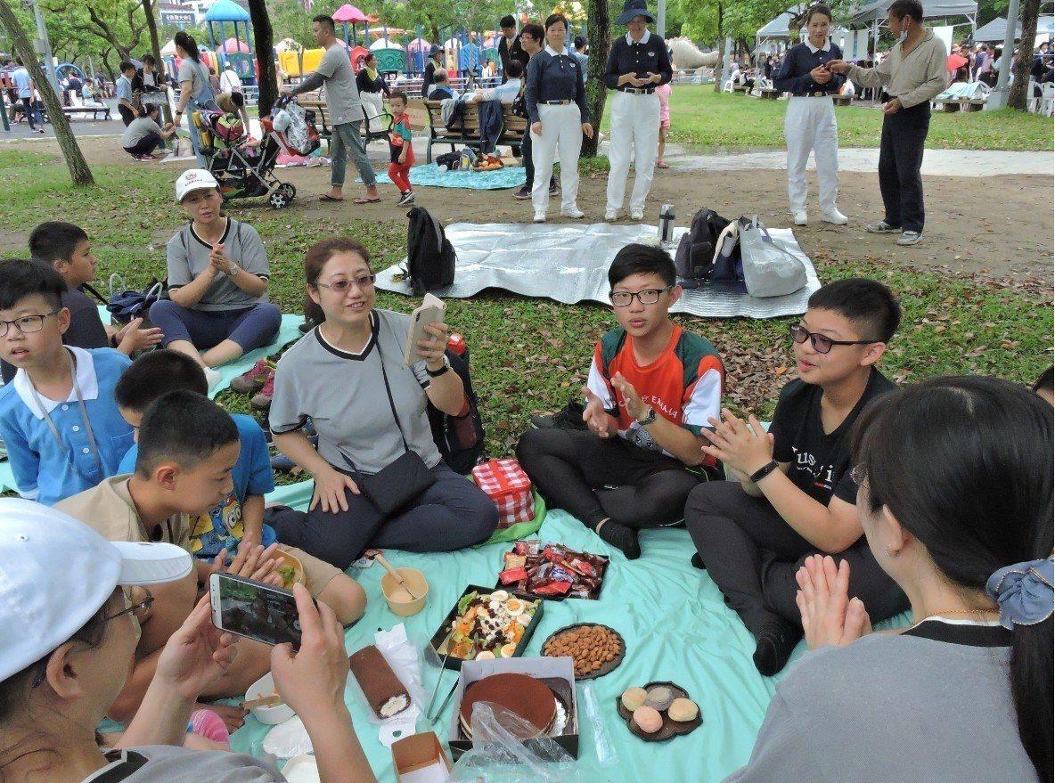 台北市政府、慈濟基金會今天在大安森林公園舉辦「蔬食無痕野餐日」,廣邀社會大眾改變...