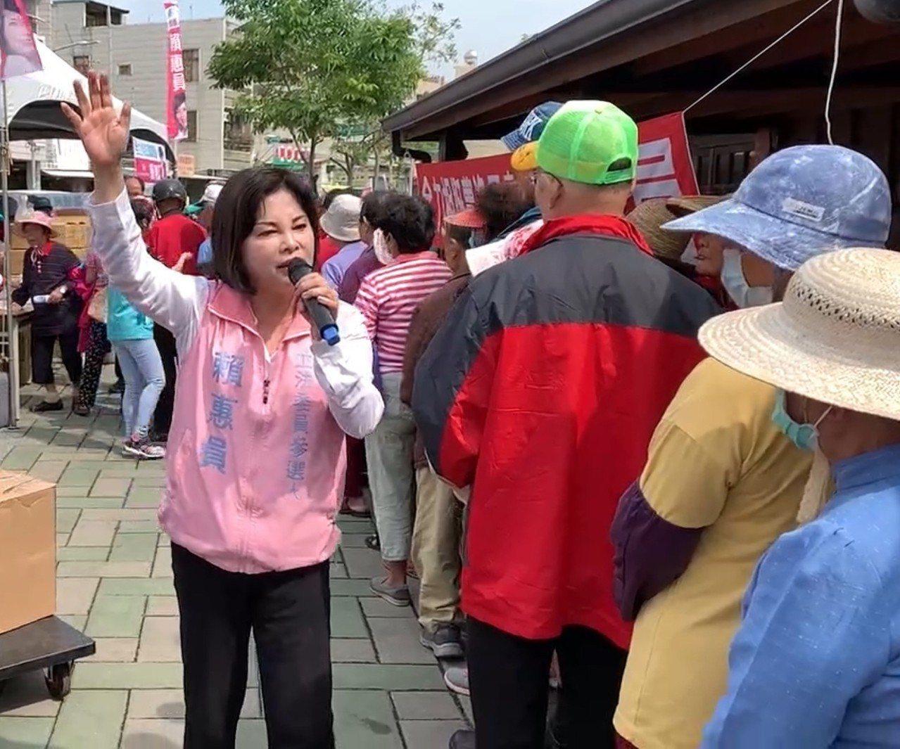 民進黨台南第一選區立委初選競爭白熱化,參選人之一的台南市前議員賴惠員(左一)明天...