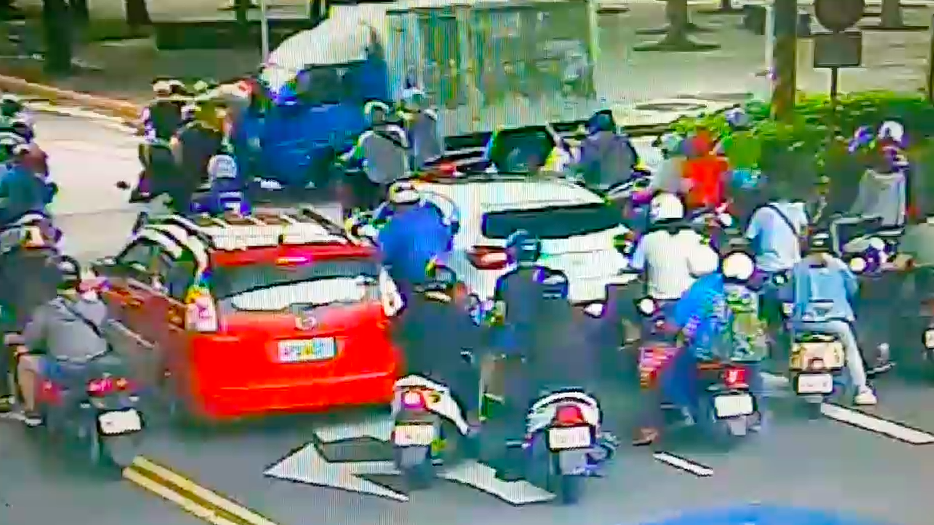 貨車撞3機車,女乘客彈飛倒地,右腿骨折送醫。記者蕭雅娟/攝影