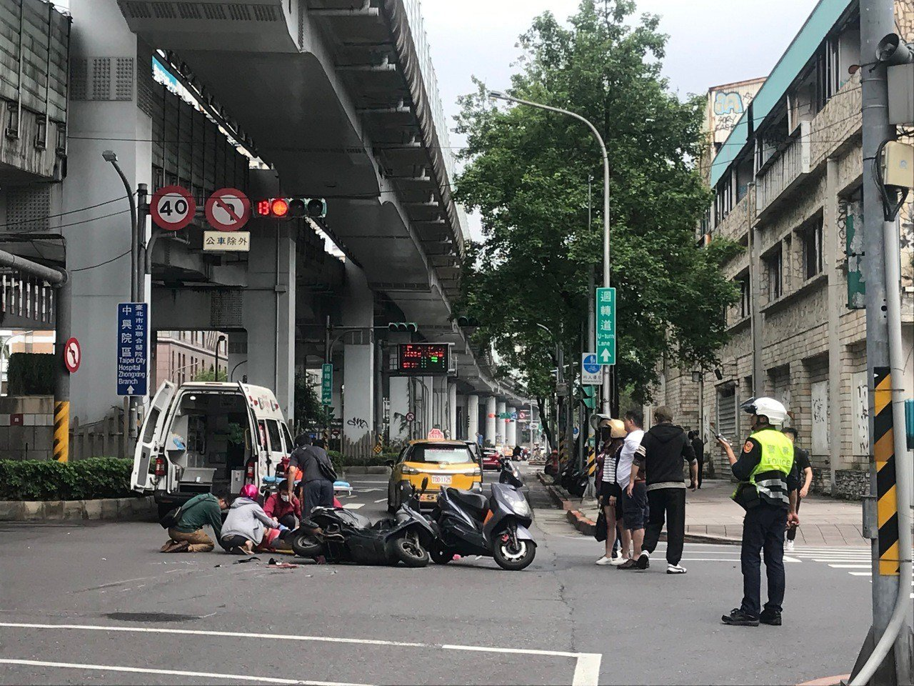 貨車撞3機車,女乘客腿骨折送醫。記者蕭雅娟/攝影