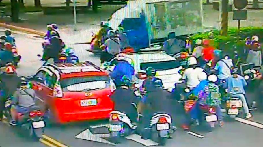 貨車撞3機車,女乘客骨折送醫。記者蕭雅娟/攝影