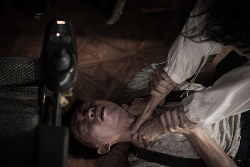 王可元在電影短片「情色小說」飾演小兒麻痹的作家。圖/好時光娛樂有限公司提供
