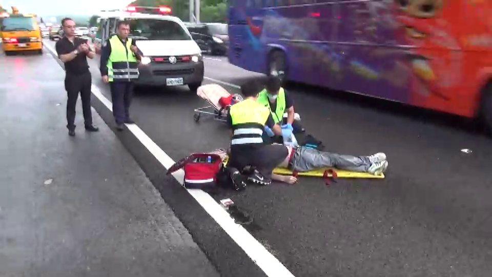 林姓男子從國道3號苗栗縣後龍鎮路段上方陸橋墜落,送醫回天乏術。記者范榮達/翻攝