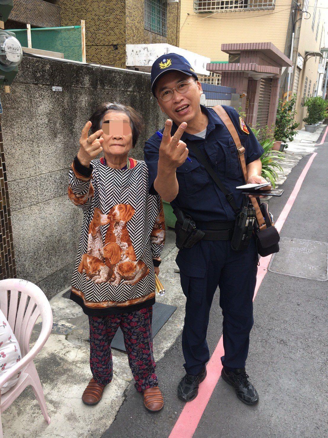76歲的傅姓老婦疑似失智,昨天下午徘徊在軍校路及和光街口的超商,民眾察覺有異報警...