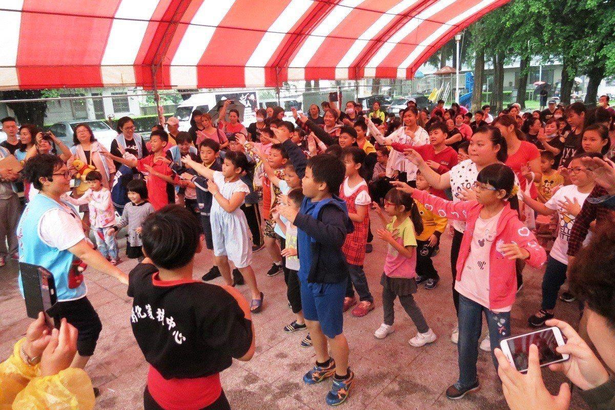 台中市「大蘋果小太陽活力平台」慈善團體今天到田中兒童公園,帶動唱讓二百多名親子樂...