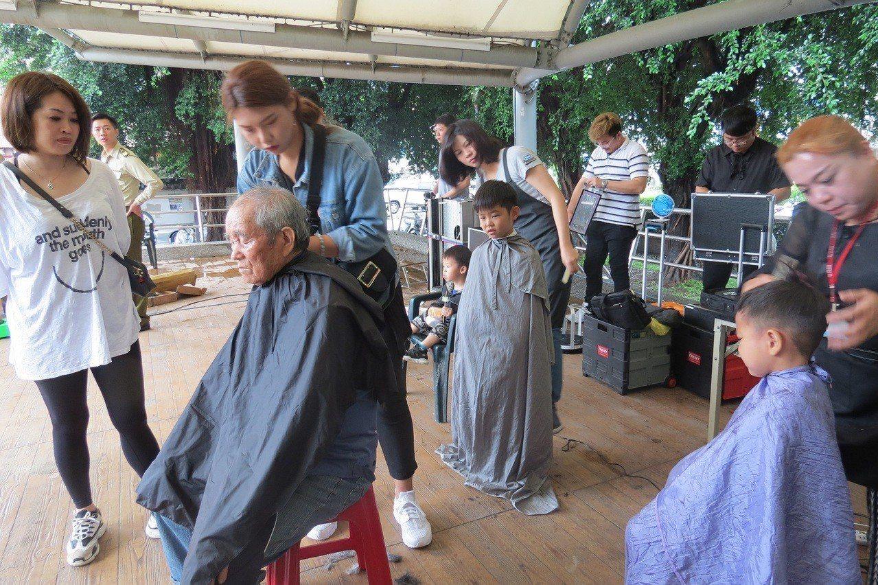 泓光科技大學義剪團隊,今天到田中兒童公園義剪,讓家扶親子都漂漂亮亮、帥帥美美的回...
