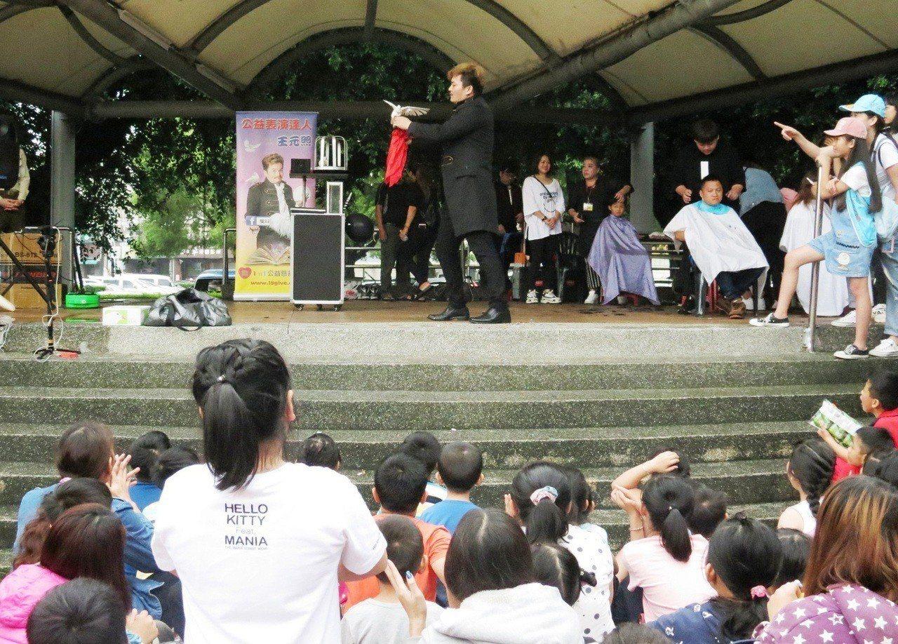 「魔幻可樂」王元照帶來精彩的魔術表演。照片/彰化家扶提供