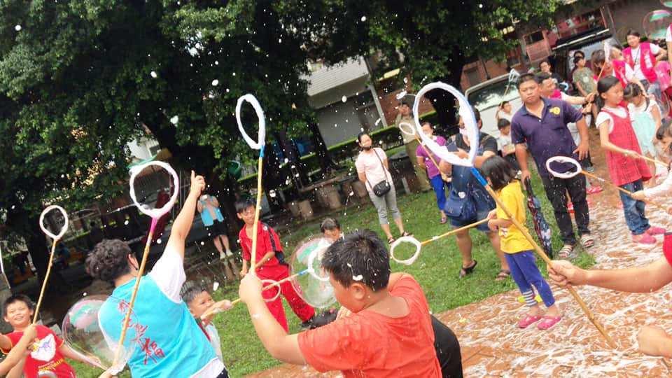 台南奇蹟泡泡的許日榮帶來創新環保泡泡活動,讓家扶兒玩得很開心。照片/彰化家扶提供
