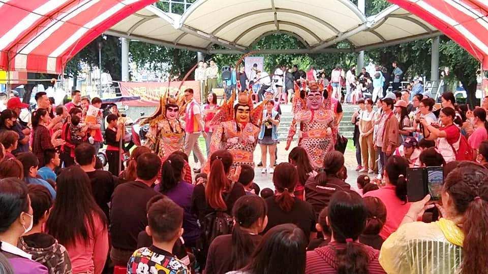 台中市「大蘋果小太陽活力平台」慈善團體今天到田中兒童公園,為二百多名家扶親子帶來...