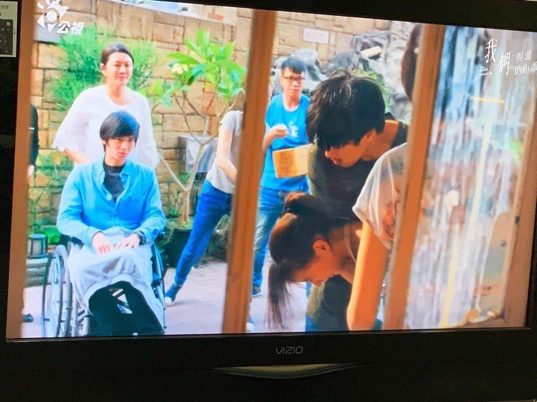 林哲熹飾演思覺失調症患者,挺身護著被砸蛋的陳妤。圖/翻攝公視