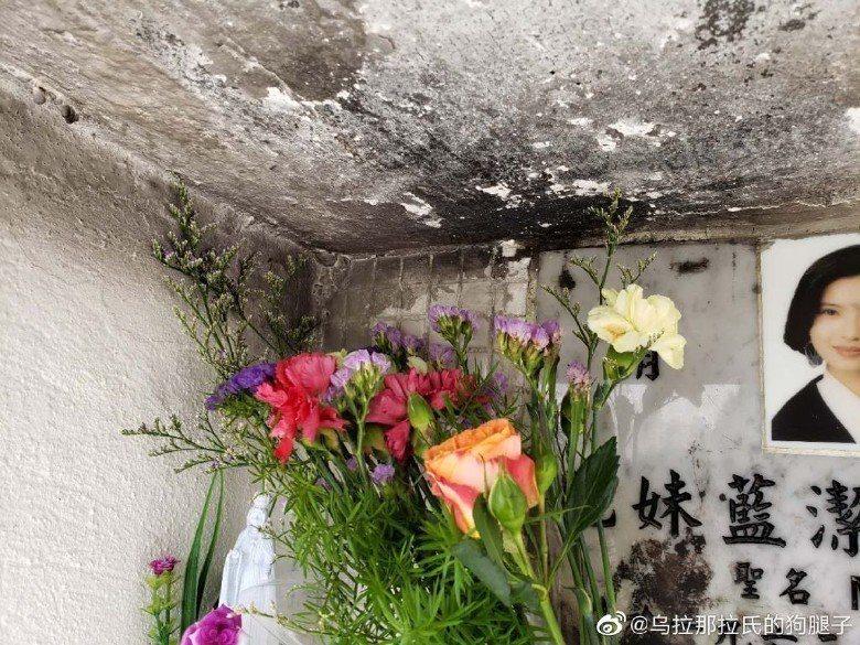 有人將藍潔瑛墓前的小花瓶拿來燒香。圖/摘自烏拉那拉氏的狗腿子微博