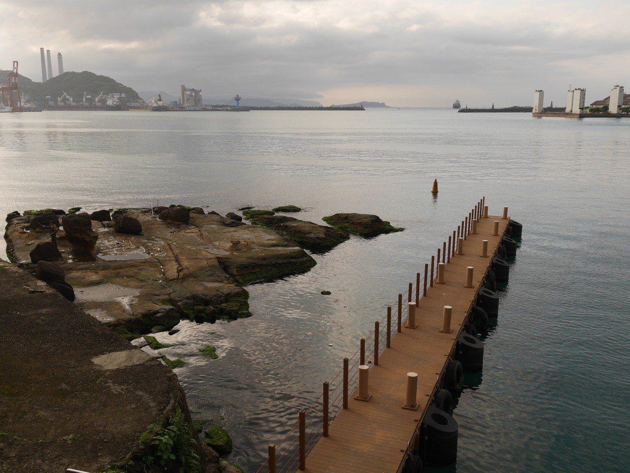 在中正路古名「跌死猴澳」的地方,是基隆港水泥化 0.01%的意外,還保有原貌,海...