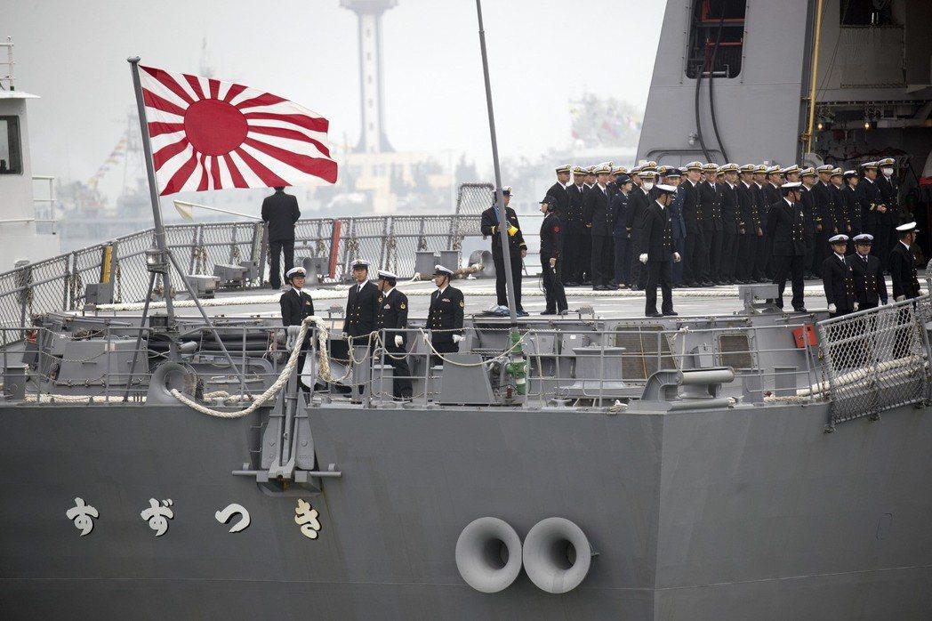 日本海上自衛隊護衛艦「涼月號」昨抵達青島,這是日本船艦時隔約七年半再度訪問中國大...